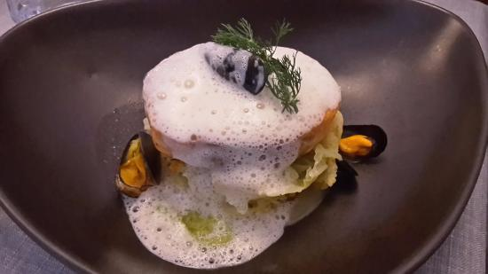 Chevreuse, Frankrike: Pavé de Cabillaud cuit au plat, crème de choux fleur taboulé de Romanesco et condiment olives de