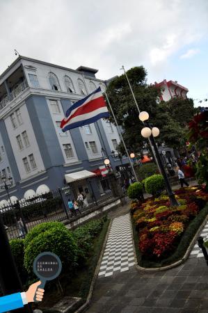 Teatro Nacional Costa Rica: Bandera Costa Rica en los jardines del Teatro