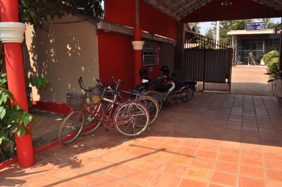 Sun Sothy Guesthouse: entrée et garage a velo