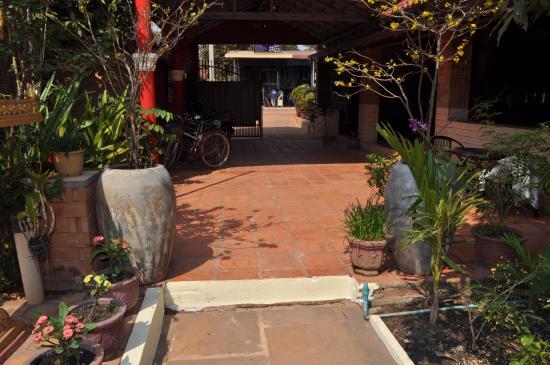 Sun Sothy Guesthouse: allée de la guest house