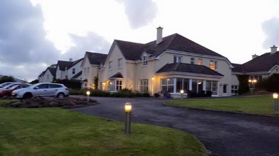 Heaton's Guesthouse: Walking up to Heaton's