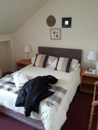 Blackwaterfoot Lodge: Good price, nice small room (without my jacket of course :D )
