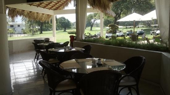 Los Mangos Golf and Beach Club : en el restaurante, nos tomamos un apple martini