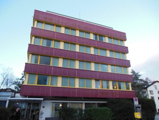 Glattbrugg, Schweiz: Gesamtaufnahme, Eingangsbereich links, Restaurant rechts