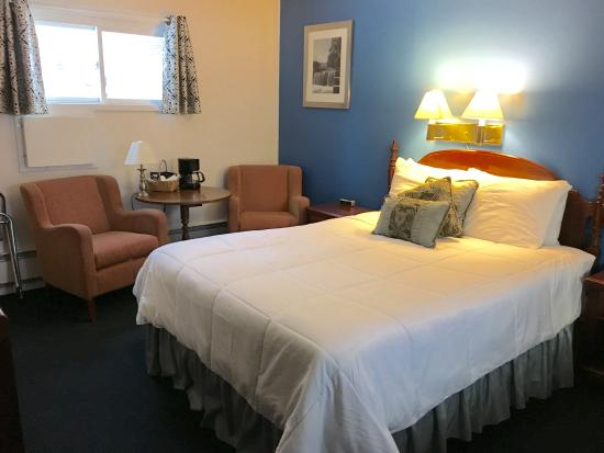 Saco River Lodge & Suites: room with one queen bed