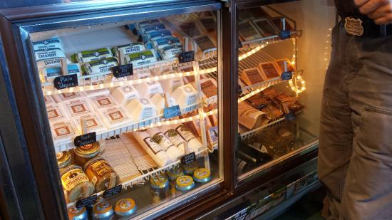 Fairview, Carolina del Nord: The treasure chest of cheeses mustards and meats.