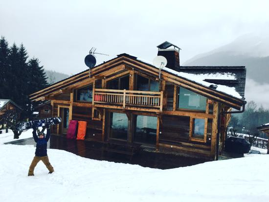 Les Houches, Francia: The back of the chalet, having snowboarded all the way back.