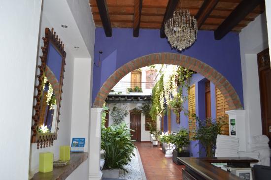 Casa de Isabella - a Kali Hotel: esta foto muestra la recepcion del hotel el pasillo que lleva a las habitaciones.