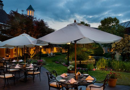 Williamstown, MA: Courtyard Patio in the evening