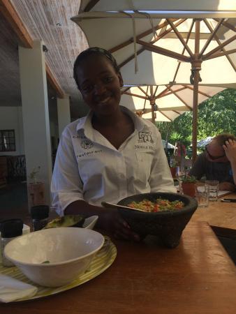 Paarl, Sudáfrica: An expert guaquistador making the guacamole table-side.