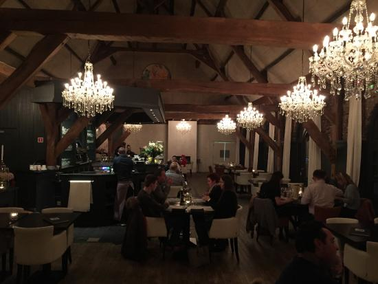 Retie, België: The restaurant is situated in an old barn, which has been renovated very nicely. Nice chandelier