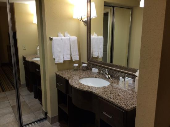 Homewood Suites Charlotte/Ayrsley: Clean bathroom