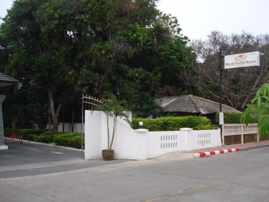 Royal Orchid Resort: Hotel entrance