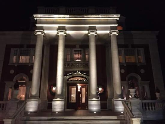 Hanover, بنسيلفانيا: The front of the Mansion at night