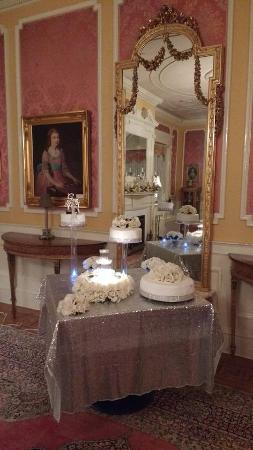 Sheppard Mansion Bed and Breakfast: Cake in front of the beautiful mirror in the Women's Lounge