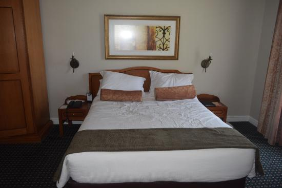 Courtyard Hotel Arcadia: Good size double bed