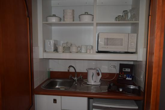 Courtyard Hotel Arcadia: Useful kitchenette in a cupboard