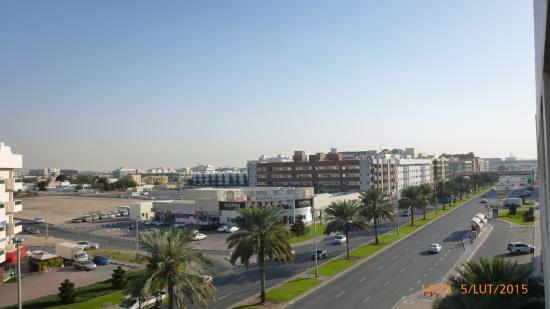 Dubai Grand Hotel By Fortune: Widok z pokoju od strony ulicy.