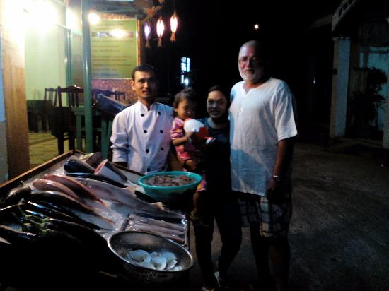 Duong Dong, Vietnam: Турист с владельцами ресторана