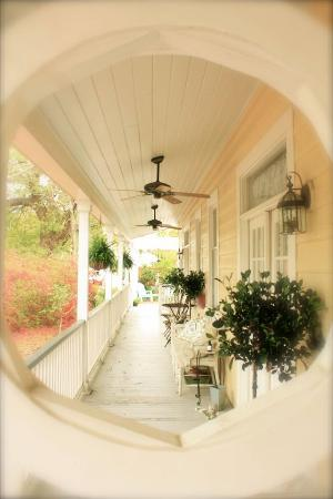 The Inn at Ocean Springs: Side Porch
