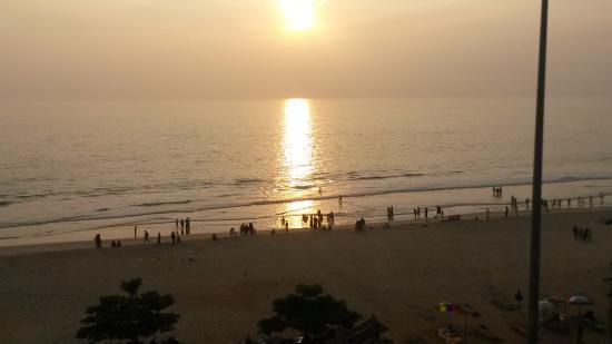 Hindustan Beach Retreat: Solnedgång sedd från balkongen