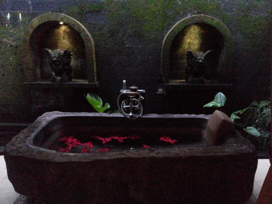 Komaneka at Tanggayuda: Bathtub