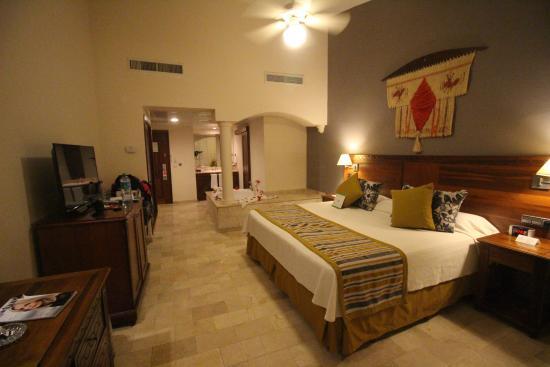Chambre avec douche dans la salle de bain et mini jacuzzi for Salle de bain chambre ouverte