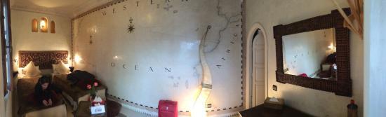 Riad Aguaviva: Esta es la habitación en las que nos quedamos. La habitación Mapas