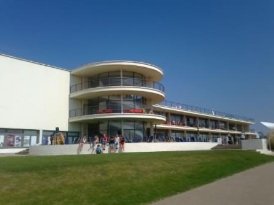 Bexhill-on-Sea, UK: De La Waar Pavilion facing the sea