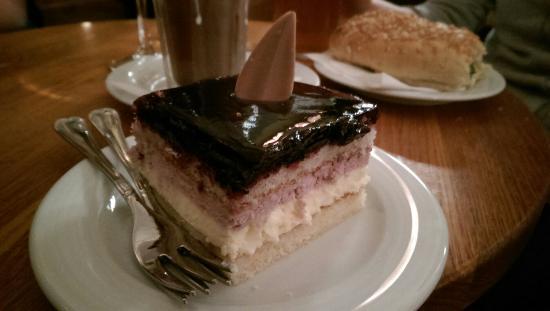 Cafe Bisketti: Mustikkasitruunakakku 4.60e, kahdellekin sopiva