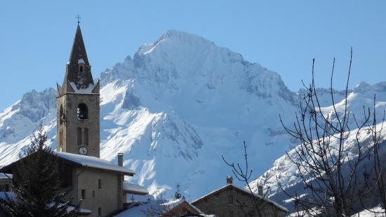 Savoie, فرنسا: Eglise de Lanslevillard Village de Haute Maurienne avec la dent Parrachée
