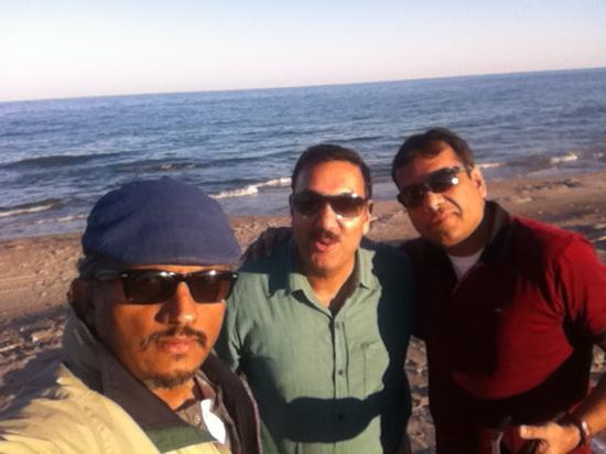 Dibba Al Fujairah, Emirados Árabes: With a couple of friends - at the beach.