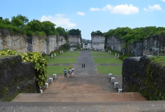 Garuda Wisnu Kencana Cultural Park: Plaza quaried out of solid rock