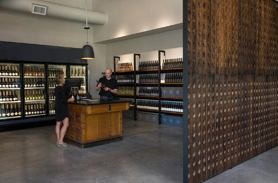 Dundee, Oregón: Visit the Reserve Cellar for wines to go