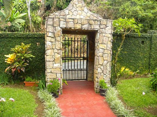 Grecia, Kosta Rika: Entrance to the compound