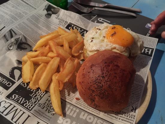 Godella, España: El nombre lo dice todo: La burguesa, de las hamburguesas. Especial mención la JAPO, hamburguesa