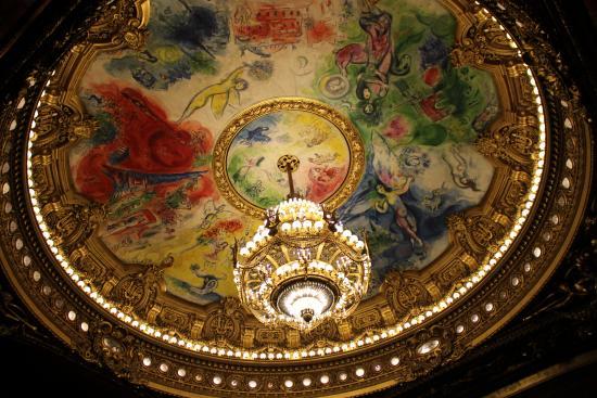 Paris, France: Pintura de Chagal e o lustre de 6 toneladas