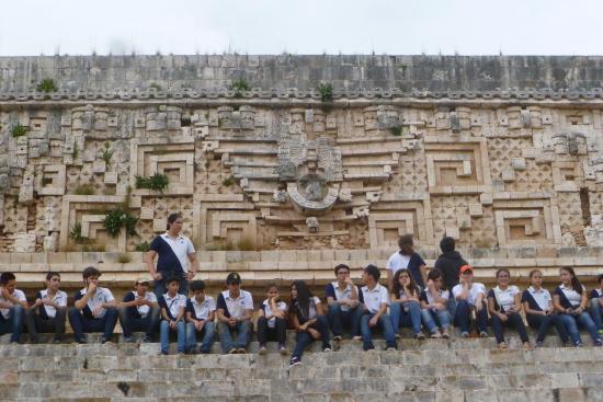Tempel von Uxmal: Mexican students at Uxmal