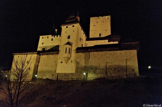Mauterndorf, Autriche : Vorderansicht bei Nacht