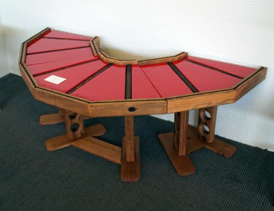 Deloraine, Australia: At Elemental Artspace you will find upcycled furniture