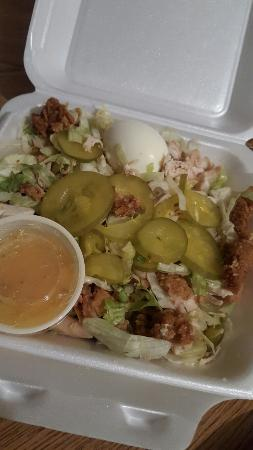 "Opelousas, Luizjana: ""Pete's Fried Chicken salad"" double meat requested.  $10 pile of lettuce with cold dark meat chi"