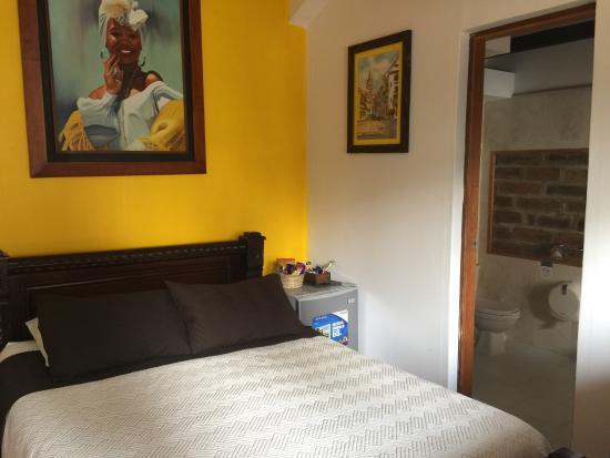 Hostal Casa Lleras: Habitación doble con baño privado y ventana exterior