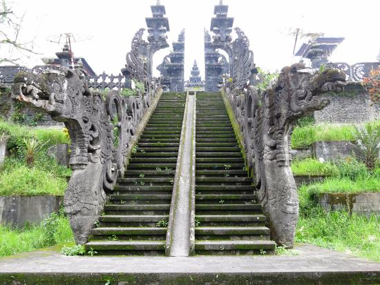 Agus Bali Private Tours: Dragon staircase high up at Pura Besikah