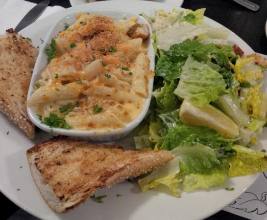 Oakville, Canadá: 3 Cheese Pasta with salad (and garlic bread)
