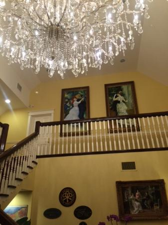 Riverbend Inn and Vineyard: foyer and grand staircase