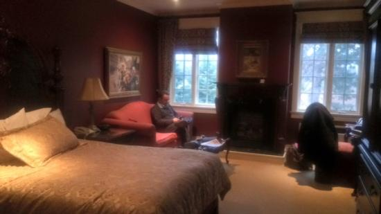 Riverbend Inn and Vineyard: nice sitting area, fireplace, luxurious decor