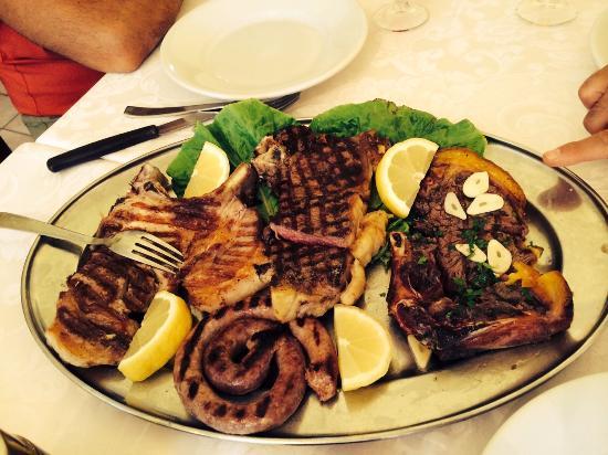 Villagrande Strisaili, Italie : roasted salsiccia, small pig, beef, ecc...