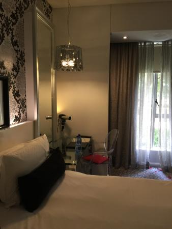 Protea Hotel Fire & Ice! Melrose Arch: Bed and desk