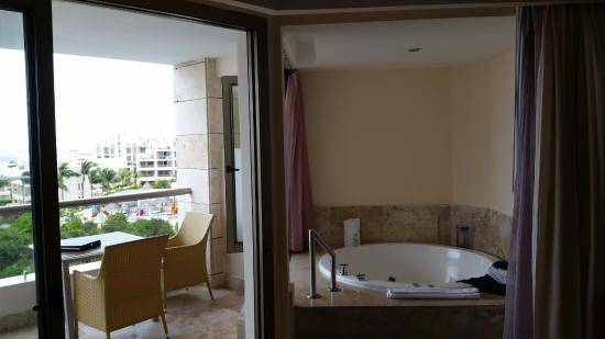 Excellence Playa Mujeres: Jacuzzi tub with both indoor and outdoor access