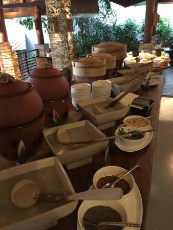 Laem Set, Tailandia: Congee, soup, and steamed breads for breakfast